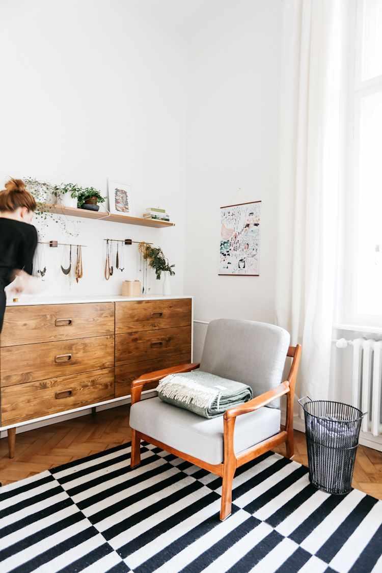 La alfombra a rayas en blanco y negro es un accesorio muy común en viviendas de estilo nórdico