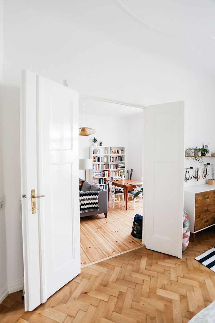 Vista desde el dormitorio hacia el living. Ambos espacios se comunican a través de una puerta doble.