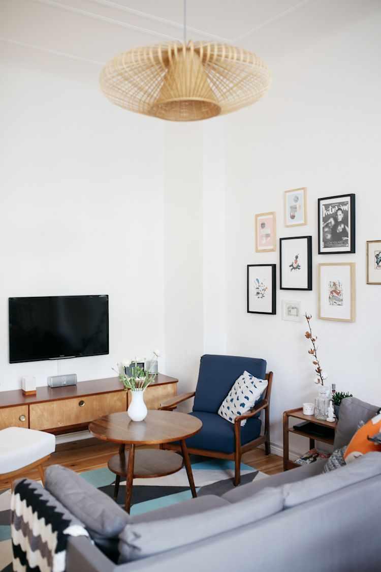 La distribución de los muebles permite crear un espacio para el living separado del resto del ambiente