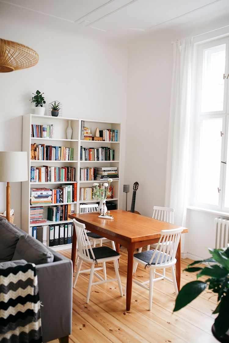 Comedor con mesa y sillas vintage, detrás del living