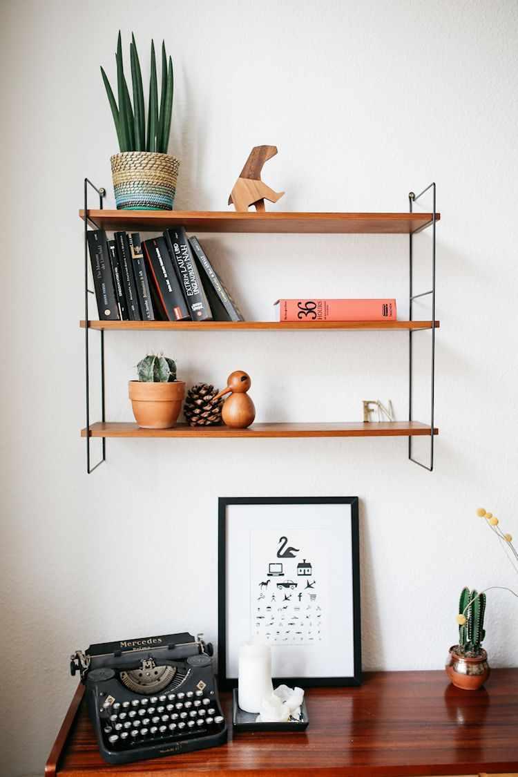 Muebles escandinavos y vintage de madera cálida decoran el departamento