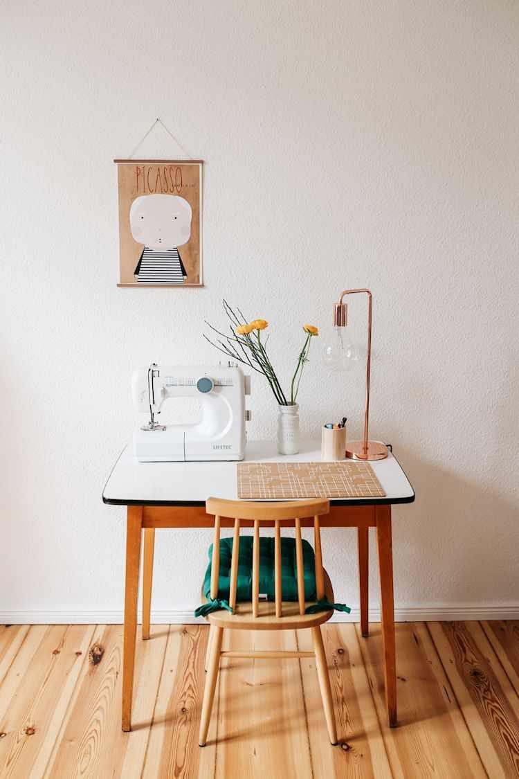 Espacio de trabajo con una mesa pequeña vintage como escritorio