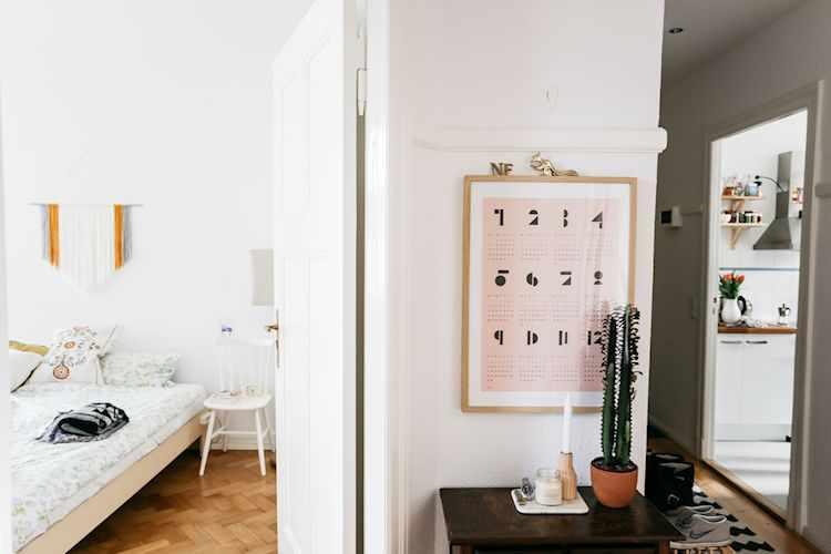 Vista desde el living hacia el dormitorio y el pasillo que comunica la entrada, cocina, baño y living
