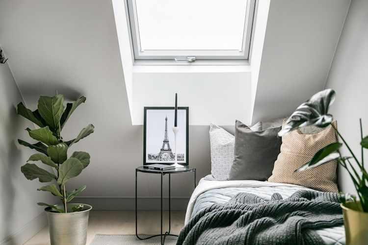 La instalación de una lucarna en el techo permite que el dormitorio sea luminoso y tenga buena ventilación, todo sin ocupar espacio.