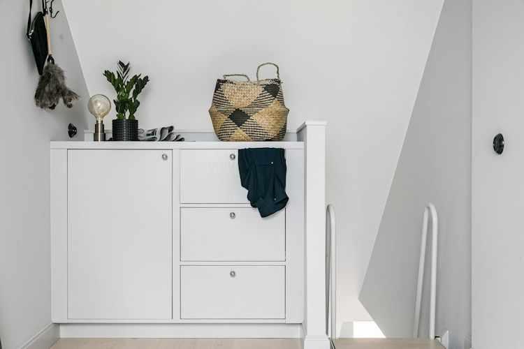 Cómoda fabricada a medida con el mismo diseño que los muebles y placares de la planta baja.