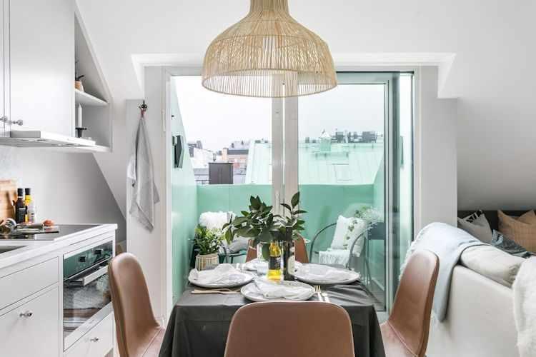 Comedor con salida a balcón ubicado junto a la cocina a espaldas al sillón para ahorra metros