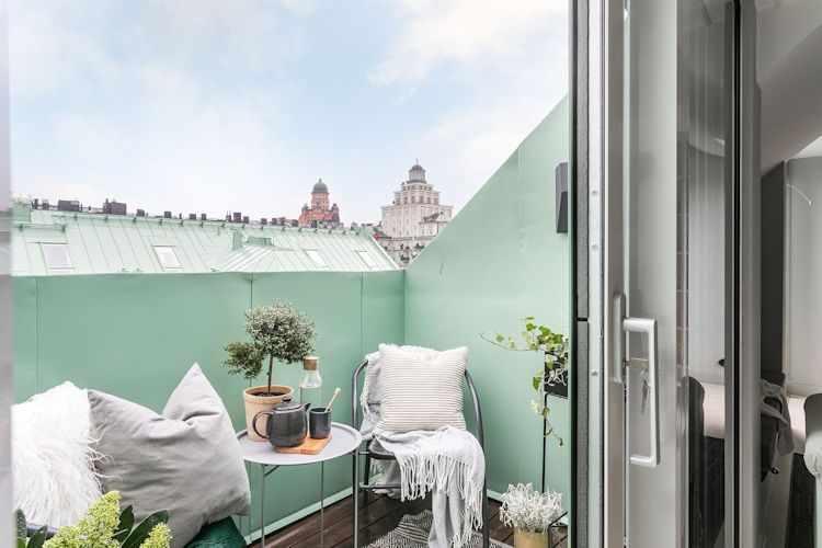 Balcón con juego de comedor pequeño en aluminio