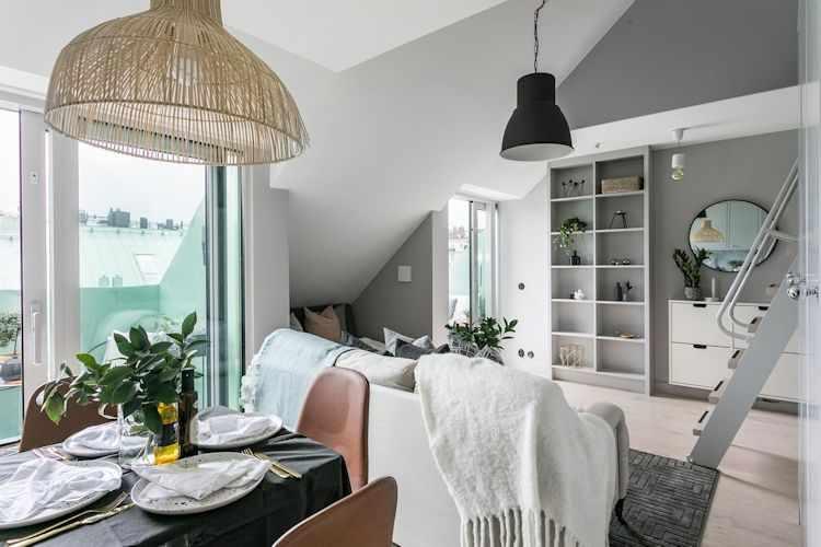 Ubicar la mesa a espaldas del sofá permite crear un living más amplio y mejor distribuido