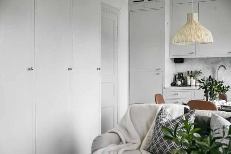 Living del depto. Placares y armarios para guardar ropa con un diseño minimalista que imita a los muebles de cocina.