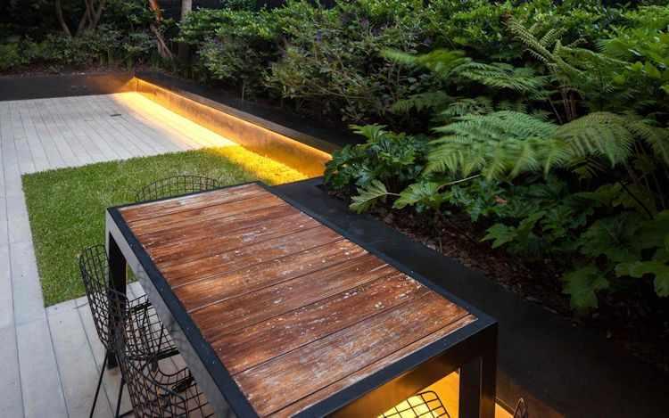 Sector del comedor exterior en el jardín moderno