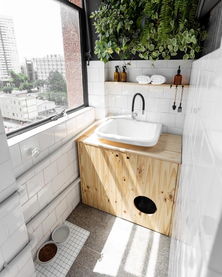 Mueble fabricado a medida que oculta el baño del gato adentro, al cual se accede por un orificio en la puerta.