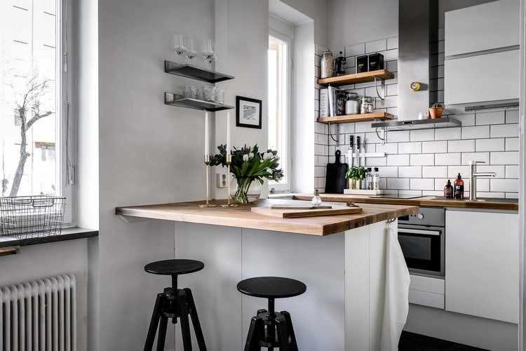 Cocina pequeña con barra que la separa del ambiente principal