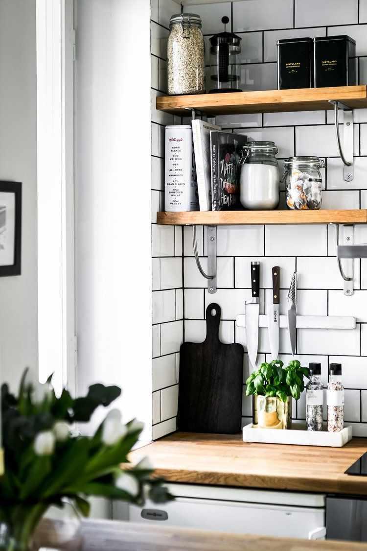 Estantes abiertos en la cocina para decorar y sumar espacio de guardado a la vez.