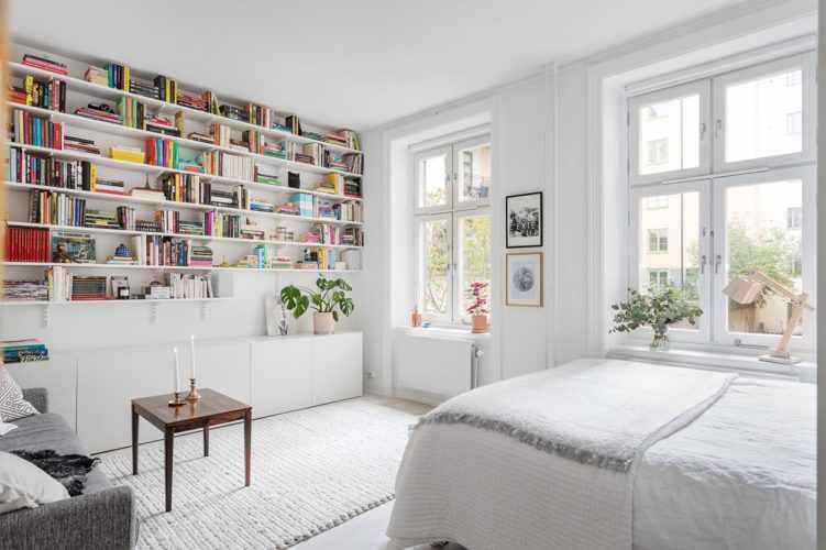 Deco nórdica en un monoambiente de 36 metros²: estanterías con libros que decoran 2