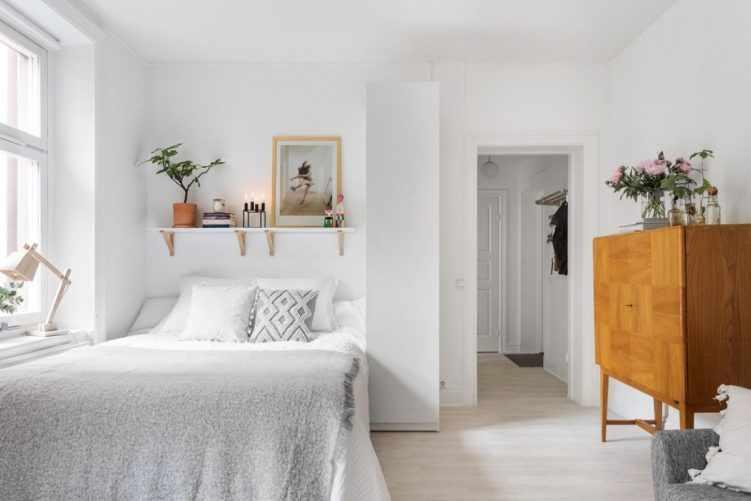 Deco nórdica en un monoambiente de 36 metros²: cama junto a la ventana con armario para sectorizar 5
