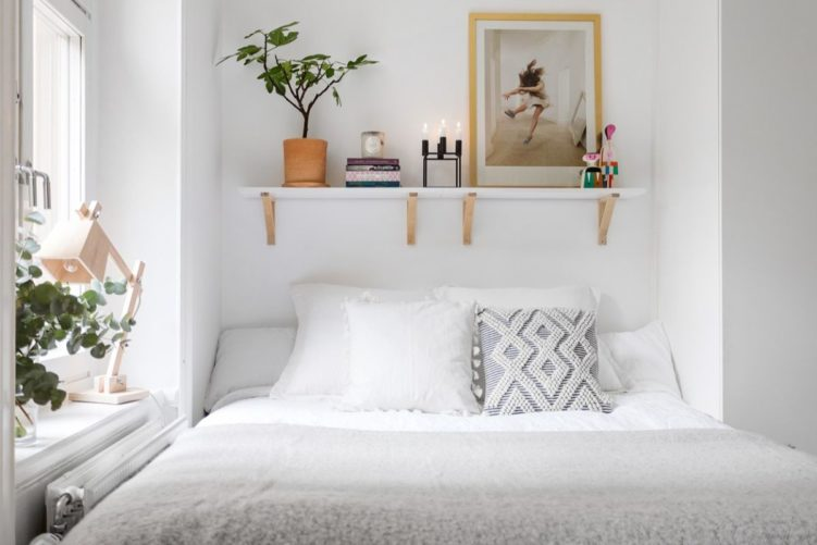 Deco nórdica en un monoambiente de 36 metros²: repisas para decorar y reemplazar mesas de luz en dormitorio 6