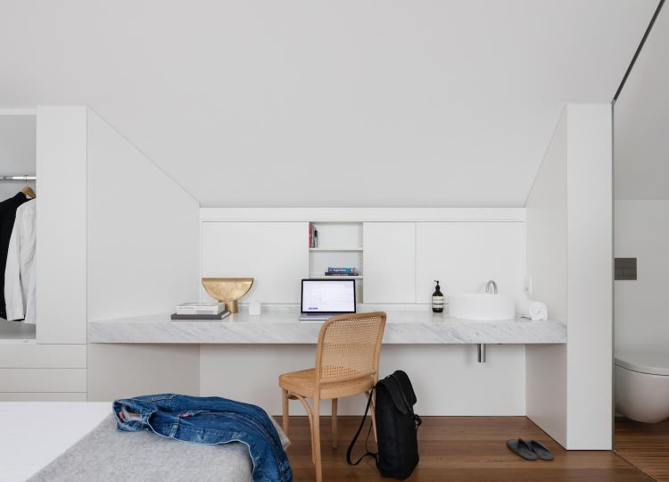 Planta alta donde se ubican el único dormitorio y baño de la vivienda. El baño es compartimentado con vidrio translúcido.