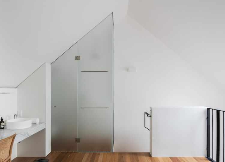 Sector de la ducha y sanitarios del baño completamente cerrado. El vidrio da privacidad a la vez que permite el paso de luz.