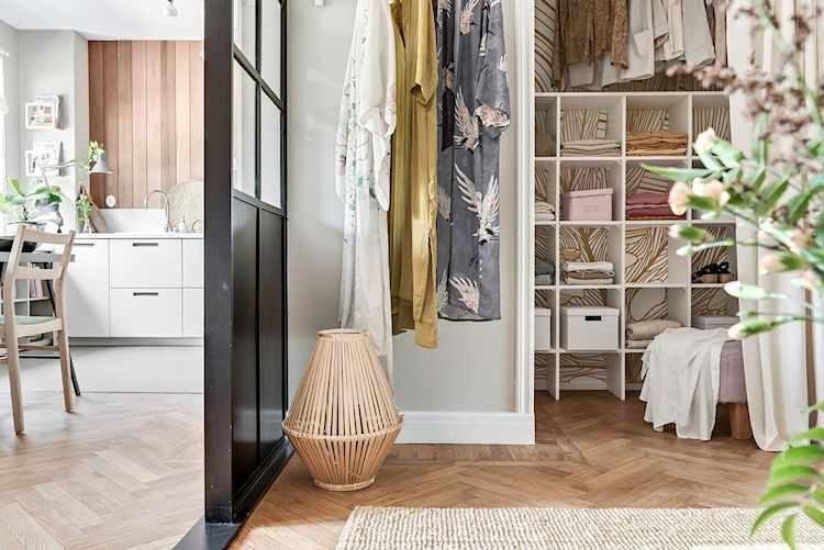 Vestidor con interior empapelado y cortina en lugar de puerta