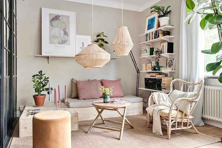 Living con muebles de madera y mimbre y accesorios que personalizan el espacio