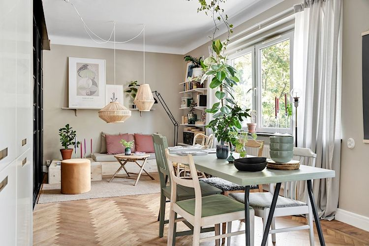 Comedor con muebles económicos y sillas en distintos estilos