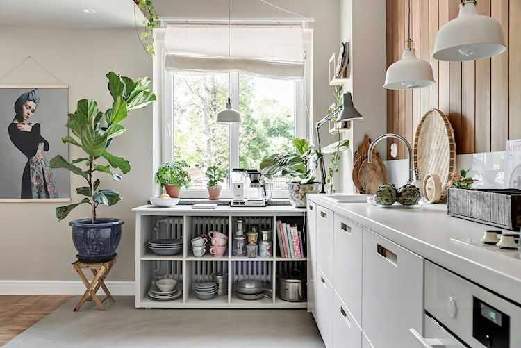 Cocina con muebles, mesada y artefactos blancos y piso de cemento alisado gris