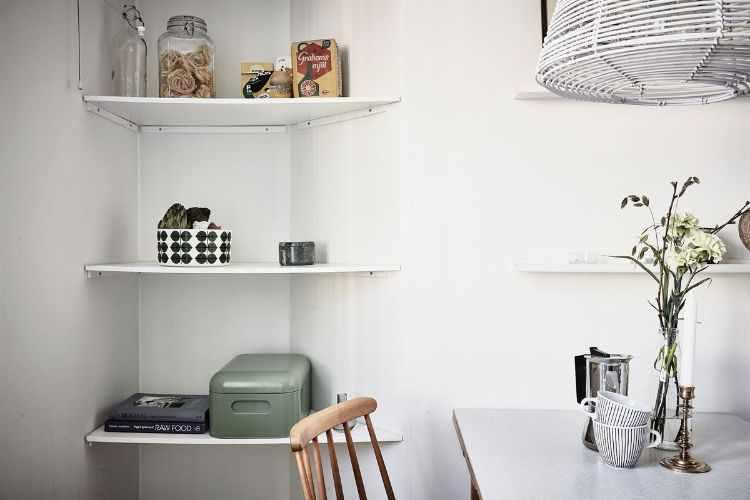 Repisas de madera en la cocina para sumar espacio de guardado