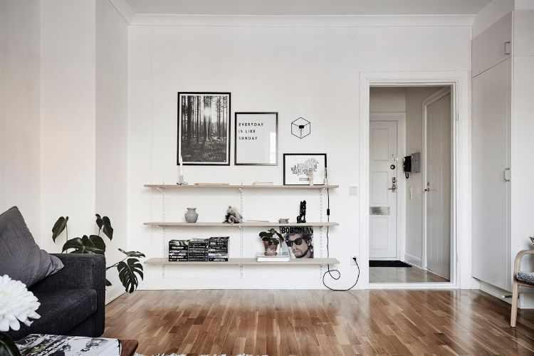 Ideas económicas para sumar espacio de guardado: estantes de maderas y rieles metalicos