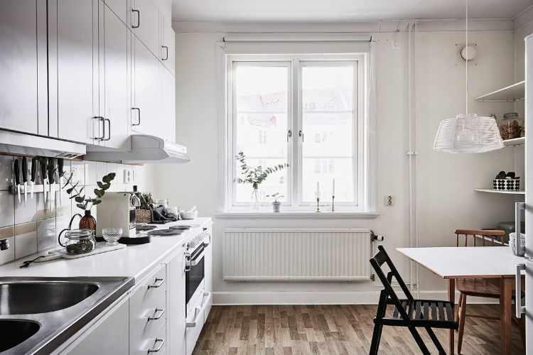 Cocina nórdica luminosa con comedor diario integrado