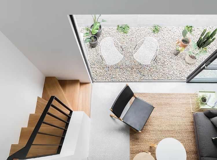 Un patio pequeño de bajo mantenimiento es el único espacio exterior de la casa