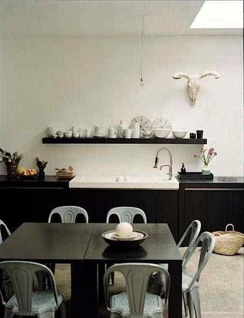 Cocina loft con comedor diario con sillas Tolix