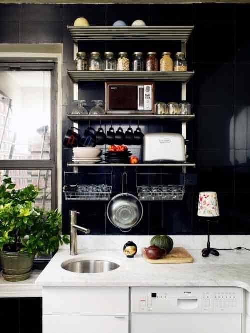 Cocina pequeña con cerámicos negros